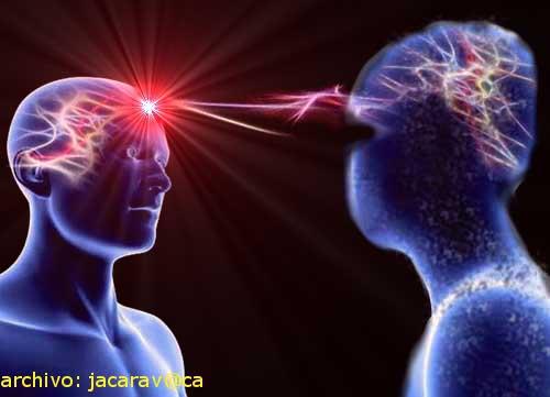 """El agente externo es capaz de sintonizar y comunicarse con la mente de los testigos para extraer el """"material  psíquico"""" necesario para conformar la aparición."""