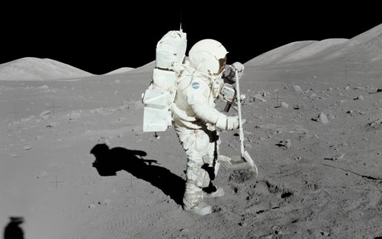 En infinidad de ocasiones los tripulantes de los OVNIs han sido observados recogiendo muestras del terreno imitando a los astronautas humanos. Incluso los pretendidos extraterrestres utilizan herramientas muy parecidas a las nuestras para tales labores.