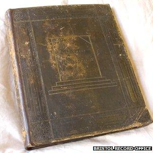 Libro con los documentos del caso de Horwood, encuadernado con su piel.