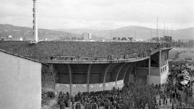 Unos 10.000 aficionados veían el encuentro en las gradas del Estadio Artemi Franchi.
