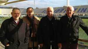 Los futbolistas Ardico Magnini, Ronaldo Lomi y Romolo Tuci con uno de sus seguidores Gigi Boni (segundo a la izquierda).