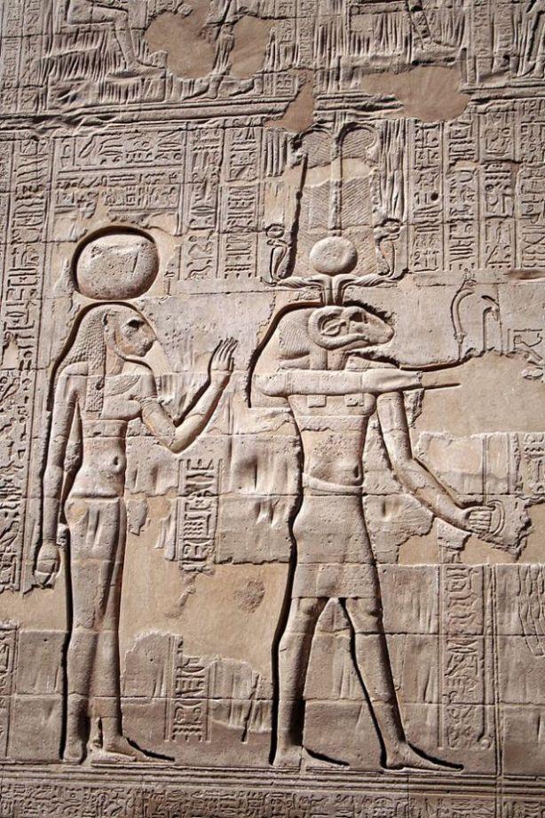 Foto: Menhit a la izquierda del dios Khnum (a la derecha), en la pared exterior del templo de Esna, en Egipto. Steve F-E-Cameron (Merlin-UK)/Wikimedia Commons/CC BY-SA 3.0
