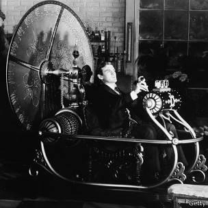 """El protagonista de """"La máquina del tiempo"""" viaja al futuro lejano. H.G.Wells popularizó la idea de viajar en el tiempo usando un vehículo y acuño el término """"máquina del tiempo""""."""