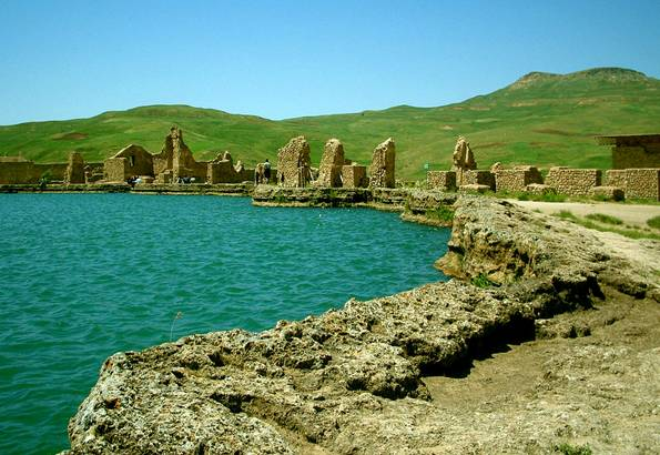 Ruinas y cráter de Tajte Soleiman, Trono de Salomón, Irán. 2006. Foto cedida: Urek Meniashvili (en.wikipedia.org)
