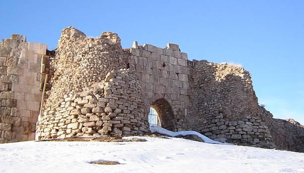 """Las místicas ruinas de Tajte Soleiman, """"Trono de Salomón"""". 2005. Foto por: Ahadagha (en.wikipedia.org)"""