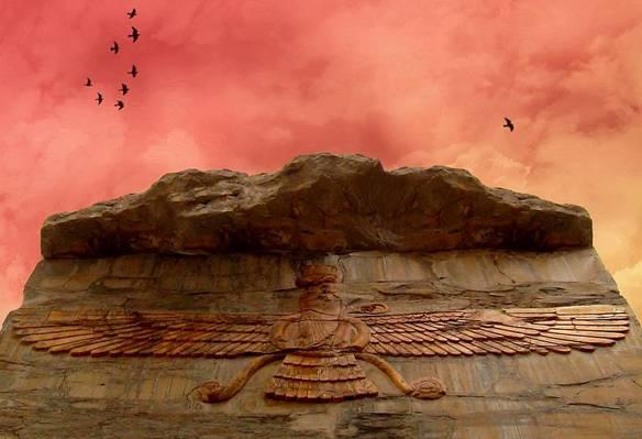 Hermosa fotografía de una simbólica talla zoroástrica, tomada bajo un impresionante cielo rojo, Farvahar. Persépolis, Irán. Fotografía tomada por Roodiparse, 2008.  (en.wikipedia.org)