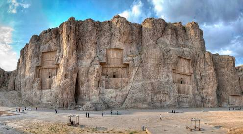 Naqsh-e Rostam, provincia de Fars, Irán. (Wikimedia Commons) - See more at: https://www.ancient-origins.es/noticias-lugares-antiguos-asia/naqsh-e-rustam-las-antiguas-tumbas-los-poderosos-reyes-persas-002653#sthash.69fPijg4.dpuf