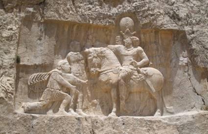Relieve Sasánida de Naqsh-e Rustam mostrando el triunfo de Shapur I sobre el Emperador Romano Valeriano y Felipe el Árabe. (Wikimedia Commons)