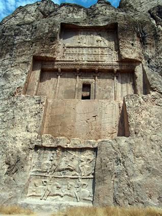 La tumba de Darío I en Naqsh-e Rustam (Wikimedia Commons) - See more at: https://www.ancient-origins.es/noticias-lugares-antiguos-asia/naqsh-e-rustam-las-antiguas-tumbas-los-poderosos-reyes-persas-002653#sthash.69fPijg4.dpuf