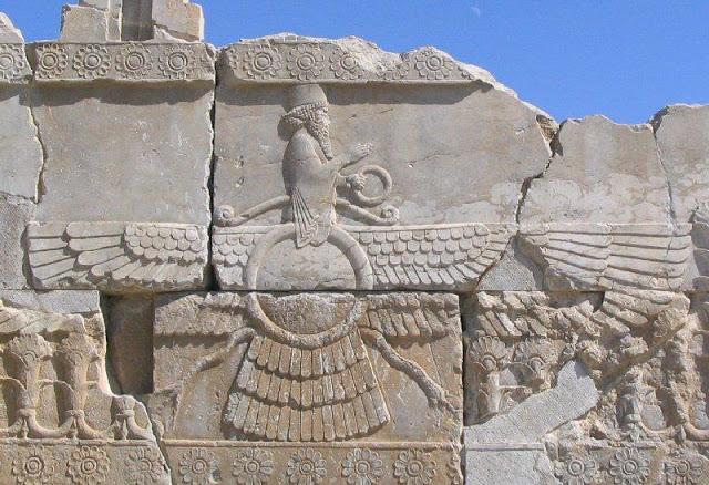 Faravahar, símbolo real del Zoroastrismo cuya iconografía no está exactamente clara. Relieve de Persépolis, s. VI AEC.