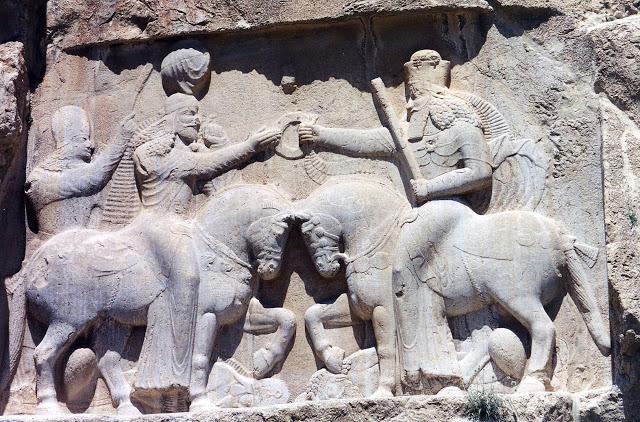 Ahura Mazdā (derecha, con el bastón de mando) regala a Ardashir I el anillo de la realeza. Naqsh-e Rostam, s. III EC.