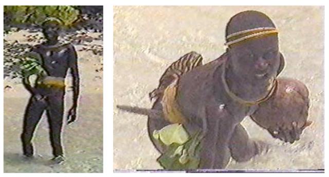 """Dos de las mejores fotografías que existen sobre los sentinelese. A la derecha, una mujer sostiene un coco ofrecido como regalo. A la izquierda, un hombre se sujeta el pene demostrando que """"agárrame los huevos"""" es un símbolo más internacional de lo que pueda pensarse. Foto: Guardia Costera India."""