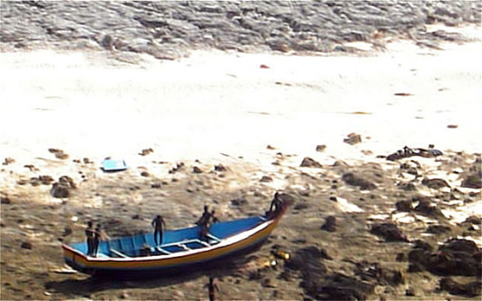 This rare picture, shot from a helicopter by Indian Coast Guard, shows Sentinelese tribesmen walking on the boat belonging to two fishermen who were killed Jan 26 2006 when they strayed onto North Sentinel Island on the Andaman and Nicobar Islands. The Sentinelese, a La barca de los pescadores asesinados. Foto: Guardia Costera India.resist all contact with the modern world.