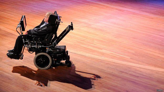 Para Hawking, una hipótesis es que la materia tragada por el agujero negro en realidad nunca entre al agujero.