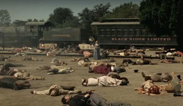 Dolores (Evan Rachel Wood) rodeada de cadáveres en una escena de 'Westworld'