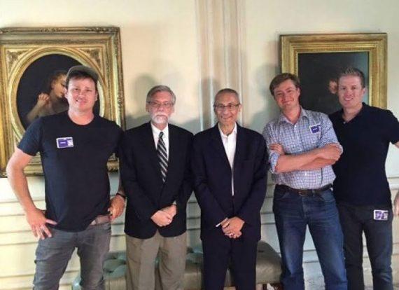 Tom DeLonge primero a la izquierda, con John Podesta en el centro y entre ambos Peter Levenda